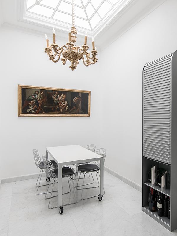 Area pranzo con fonte luminosa a soffitto
