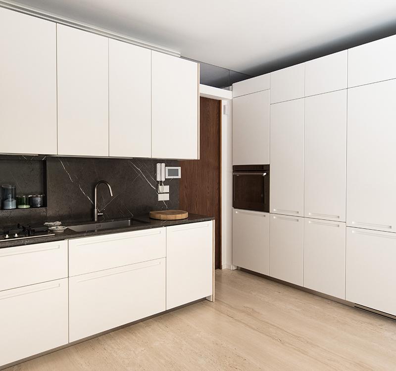 Cucina con rivestimento piani in grafite spazzolata