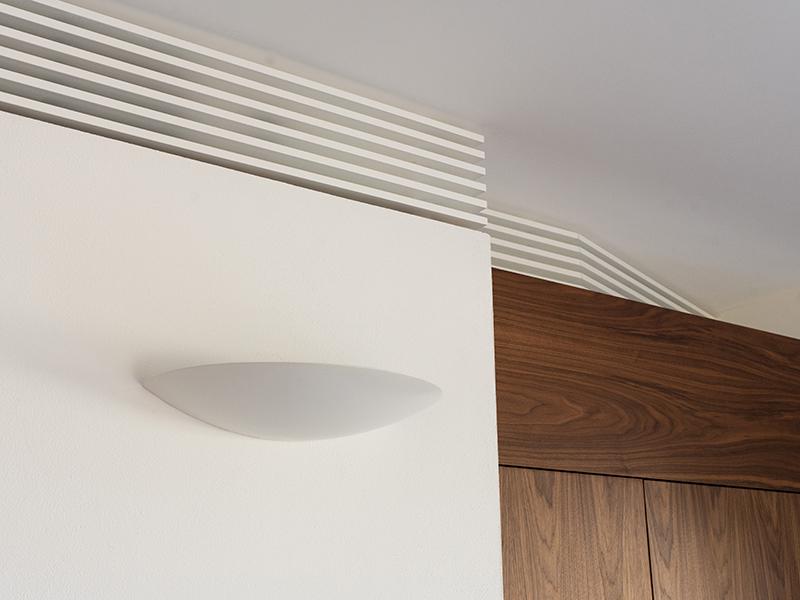 Particolare delle finiture del salone con funzione decorativa e mascheramento impianto clima canalizzato