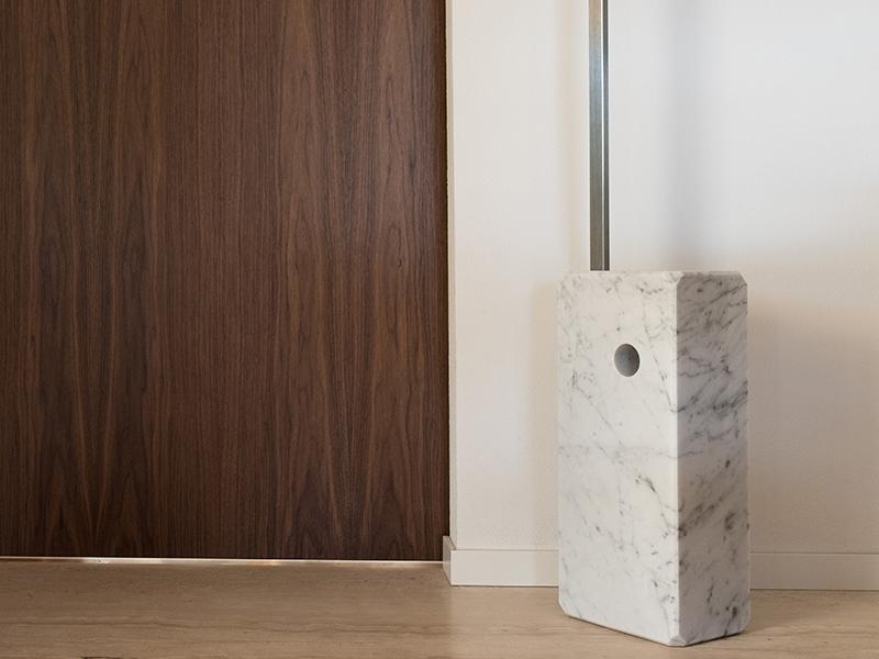 Particolare porta scorrevole artigianale fuori misura con serramento Hafele